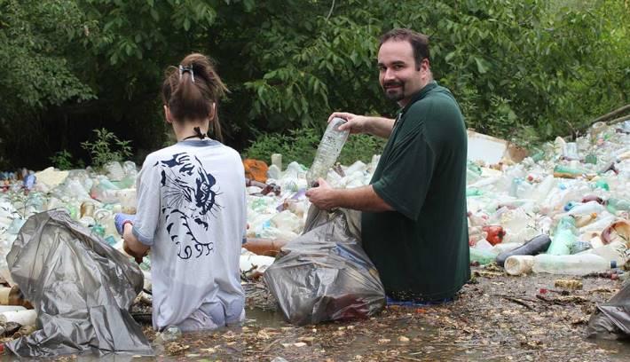 Elvir Burazerović u akciji čišćenja reke i očuvanja životne sredine.