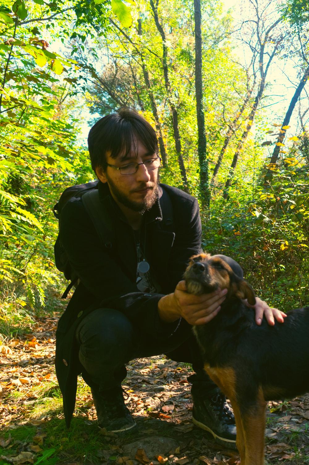 Covek i pas uživaju u šumi.