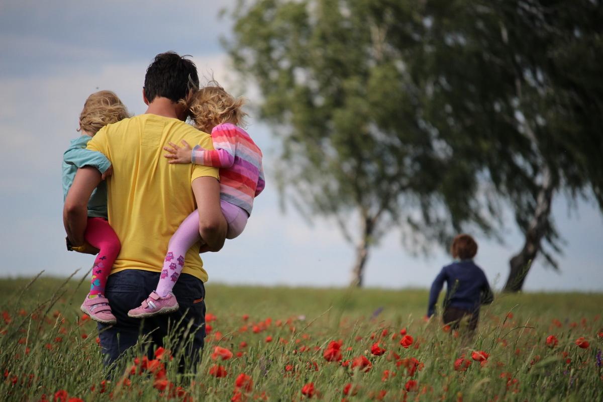 Otac i deca šetaju livadom