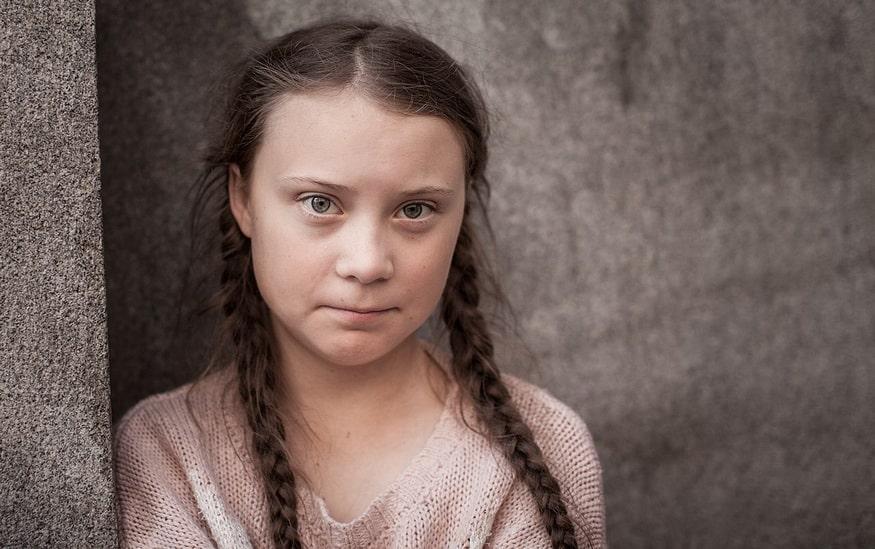 Greta Tunberg tužno gleda u daljinu.