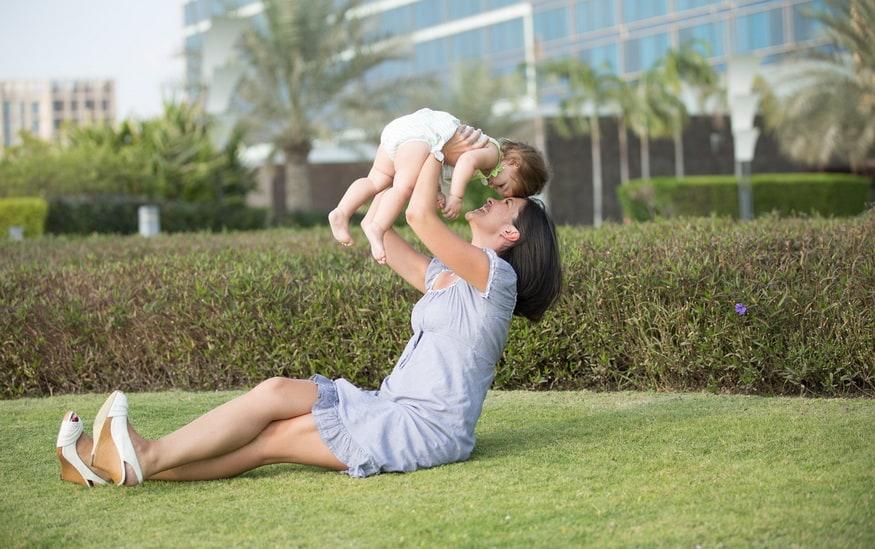 Majka i dete se igraju u parku