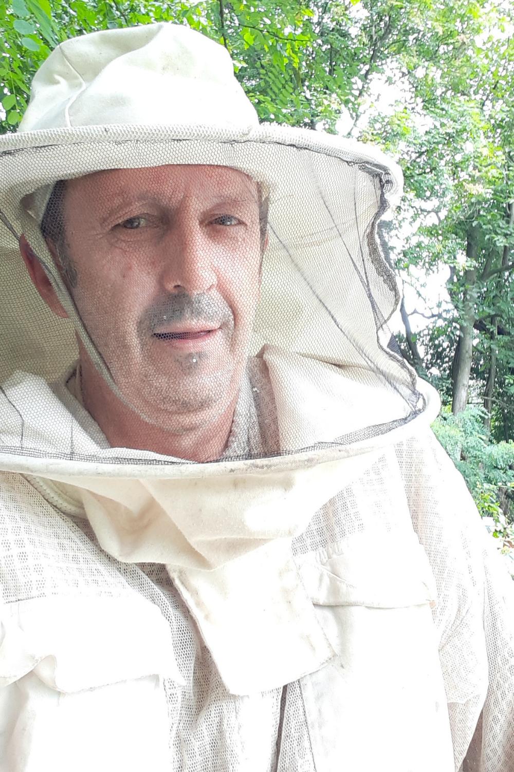 Pčelar u svojo opremi, portret.